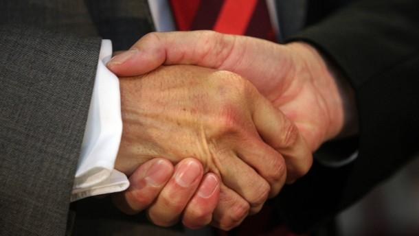 Ein handschlag symbol fuer leistung und gegenleistung in italiens