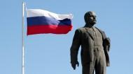 Lenin-Kult: Seine Statuen zieren Straßen und Plätze; im russischen Fernsehen läuft eine neue Serie über den Revolutionshelden an.