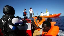 Spanien nimmt Schiff mit Hunderten Flüchtlingen auf