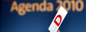 """Delegierte eines SPD-Sonderparteitags in Berlin heben am 01. Juni 2003 bei der Abstimmung über die """"Agenda 2010"""" ihre Stimmkarte."""