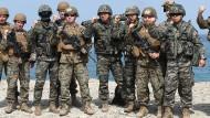 Südkoreanische und amerikanische Soldaten posieren am 3. April 2018 für ein Foto an der Küste von Pohang, 374 Kilometer südöstlich von Seoul.