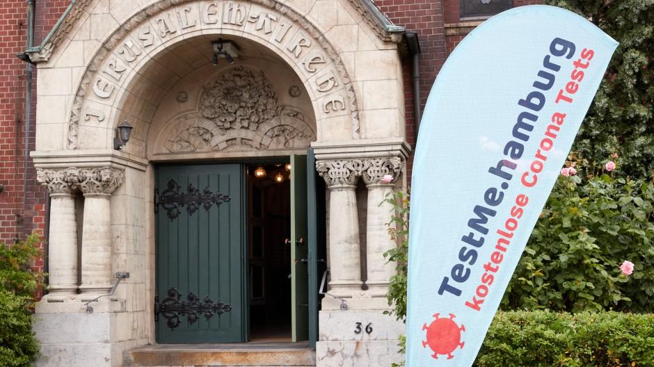 Wie lange noch? Ein Banner vor einer Kirche in Hamburg wirbt mit kostenlosen Corona-Tests