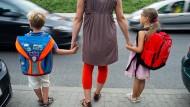 Vorsicht als erstes Schulweggebot: Erstklässler üben mit der Mama in Frankfurt (Oder, Brandenburg) das richtige Überqueren einer Straße.