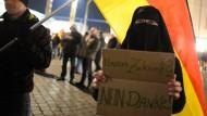 Eine Demonstrantin in Vollverschleierung während einer Pegida-Kundgebung im März 2015 in Dresden