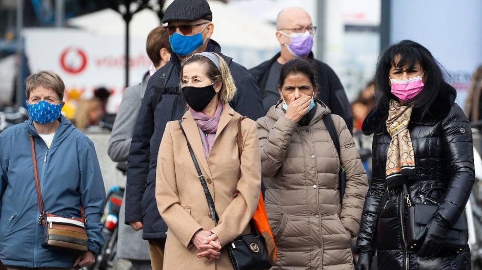 Berliner Herbst 2020: Menschen mit Masken an einer Straße