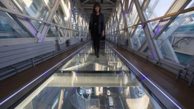 Seit zwei Wochen mit gläsernem Boden ausgestattet: einer der beiden Fußgängerübergänge der Tower Bridge