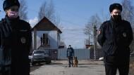Wachen vor dem Straflager N2 in Pokrow, in dem Alexej Nawalnyj gefangen gehalten wird, am 6. April