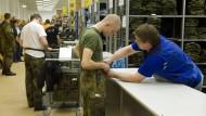 Einmal Uniformen für alle: In einer Berliner Kaserne wurden 2011 die letzten Wehrpflichtigen eingekleidet.
