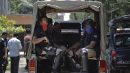 Sicherheitskräfte in Bangla Desh nach dem Schusswechsel mit mutmaßlich islamistischen Terroristen in einem Vorort von Dhaka.
