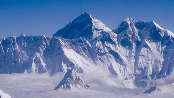 Mount Everest hat sich durch Erdbeben verschoben