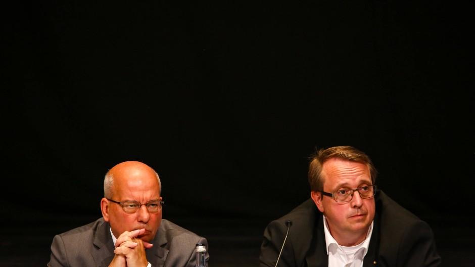 Rainer Wendt (l) sitzt am Samstag in Filderstadt neben Holger Kappel (r), Landesvorsitzender der Werteunion.