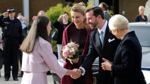 Der Prinz führt seine Gräfin zum Altar