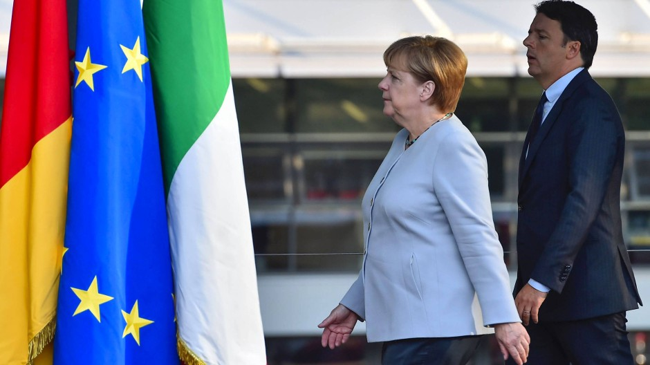 Seit' an Seit': Kanzlerin Merkel und Regierungschef Renzi auf dem Weg zur Pressekonferenz auf der Ferrari-Farm in Maranello.