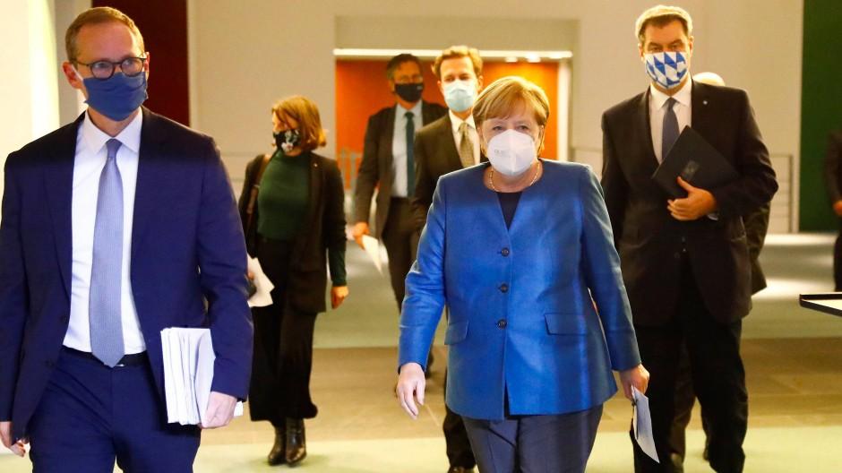 Bundeskanzlerin Merkel mit Berlins Bürgermeister Müller (links) und Bayerns Ministerpräsident Söder (rechts) vor der Pressekonferenz