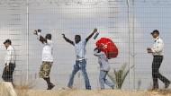 Afrikanische Flüchtlinge werden aus dem Lager Holot entlassen (Archivbild).