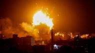 Explosion in einem Gebäude des Hamas-Fernsehsenders Al Aqsa nach einem israelischen Luftangriff