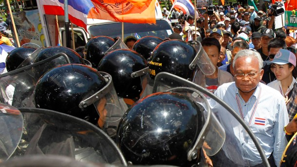 Ministerpräsident flieht vor Demonstranten