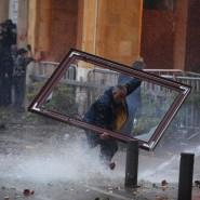 Bei Zusammenstößen zwischen Demonstranten und der Polizei trägt ein Demonstrant in Beirut  einen Rahmen.