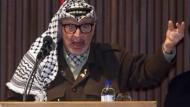 Arafat vor dem palästinensischen Parlament in Gaza