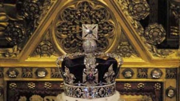 Großbritannien königin eröffnet parlament mit inszenierten