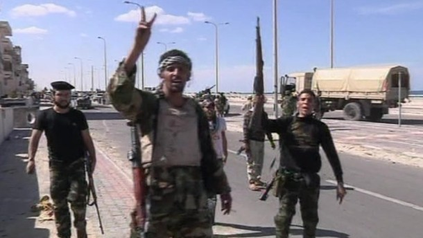 Der langjährige libysche Machthaber Muammar Gaddafi ist nach Angaben der Übergangsregierung tot. Er sei mehreren schweren Verletzungen erlegen.
