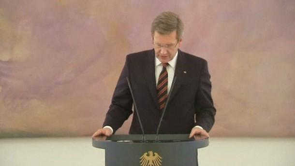 Bundespräsident Christian Wulff hat sich in der Affäre um den umstrittenen Hauskredit entschuldigt, will sein Amt aber weiter ausüben