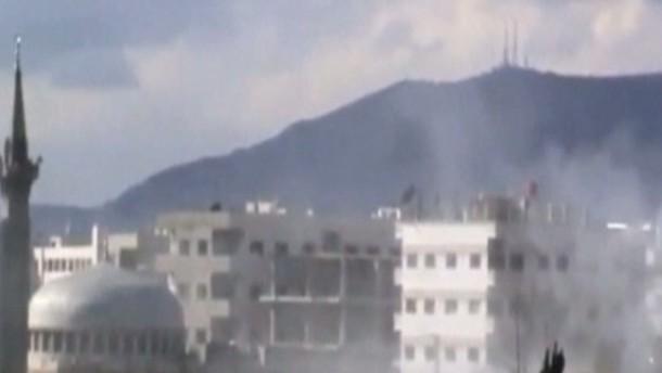 Die Lage habe sich dramatisch verschlechtert, begründete der Staatenbund seine Entscheidung. Unterdessen gibt es nach Angaben der syrischen Opposition weitere Tote bei Kämpfen um Vororte von Damaskus.