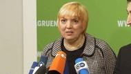 Die Affäre Wulff habe das Land belastet und das Amt des Bundespräsidenten beschädigt, sagt Grünen-Chefin Claudia Roth kurz nach dem Rücktritt von Christian Wulff.