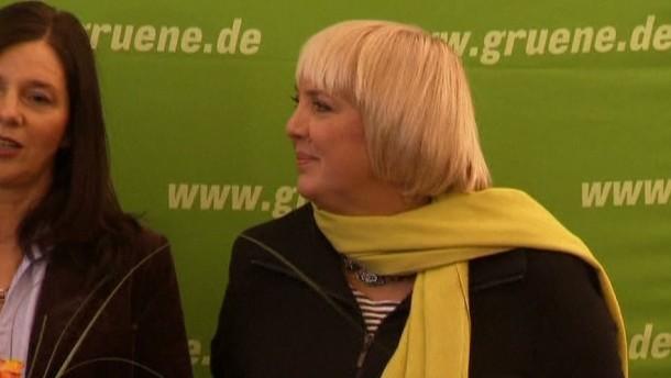 Nach dem schlechten Ergebnis bei der Urwahl will Grünen-Chefin Claudia Roth dennoch weitermachen. Die Partei ist erleichtert.