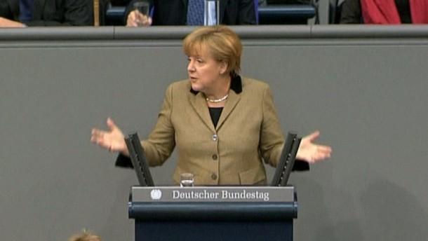 """In der Generaldebatte zum Bundeshaushalt hat der designierte SPD-Kanzlerkandidat Peer Steinbrück die schwarz-gelbe Koalition heftig angegriffen. Bundeskanzlerin Merkel lobte ihre Regierung dagegen als """"erfolgreichste seit der Einheit""""."""