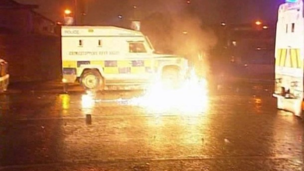 In der fünften Gewaltnacht in Folge griffen pro-britische Demonstranten die Polizei in Belfast mit Benzinbomben und Feuerwerkskörpern an.