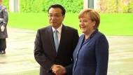Li und Merkel schütteln sich in Berlin die Hände