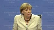 Ihr Verhalten schädige die Demokratie, sage die Bundeskanzlerin am Freitag in Brüssel. Die Banker hatten Deutschland verhöhnt und sich über EU-Hilfen lustig gemacht.