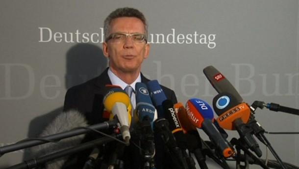 Der Bundesverteidigungsminister ist am Mittwoch im Untersuchungsausschuss sieben Stunden lang zum Euro Hawk befragt worden.