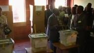 In Simbabwe ist Präsident Robert Mugabe offiziell zum Wahlsieger erklärt worden. Sein Herausforderer Morgan Tsvangirai spricht von Betrug und will das Ergebnis rechtlich anfechten.