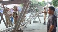 Laut ägyptischem Innenministerium sind am Sonntag 36 Männer bei einem Ausbruchsversuch aus einem Gefängnis nahe Kairo durch Tränengas gestorben. Andere Quellen sprechen von Ersticken in einem Polizeitransporter.