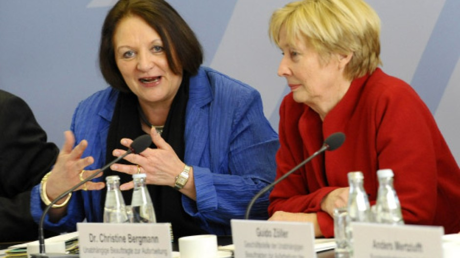 Justizministerin Leutheusser-Schnarrenberger (FDP, linls) vor Beginn der Sitzung des Runden Tisches zur Aufarbeitung des sexuellen Kindesmissbrauchs neben Christine Bergmann, der Beauftragten der Bundesregierung.