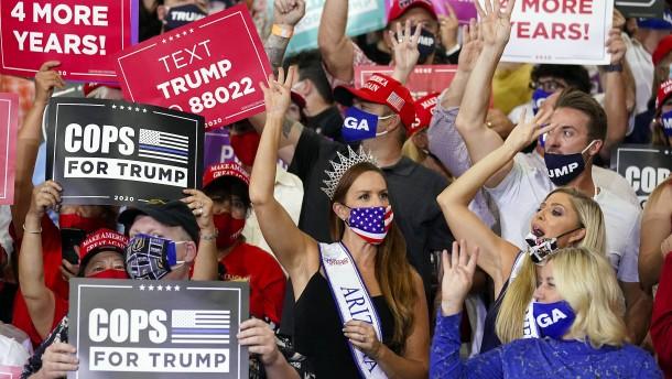 Trump spricht in einer Halle vor den Massen