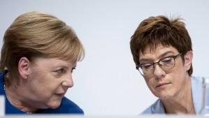Merkel und Kramp-Karrenbauer fliegen in zwei Flugzeugen