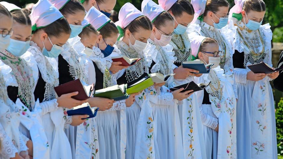 Sorbische Mädchen im sächsischen Crostwitz beim Fronleichnams-Gottesdienst. Auch die sorbische Sprachfamilie ist im Schrumpfen.
