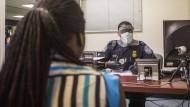 Strikte Kontrollen: Ein Passagier, der aus Westafrika nach Washington einreiste, wird am Flughafen befragt