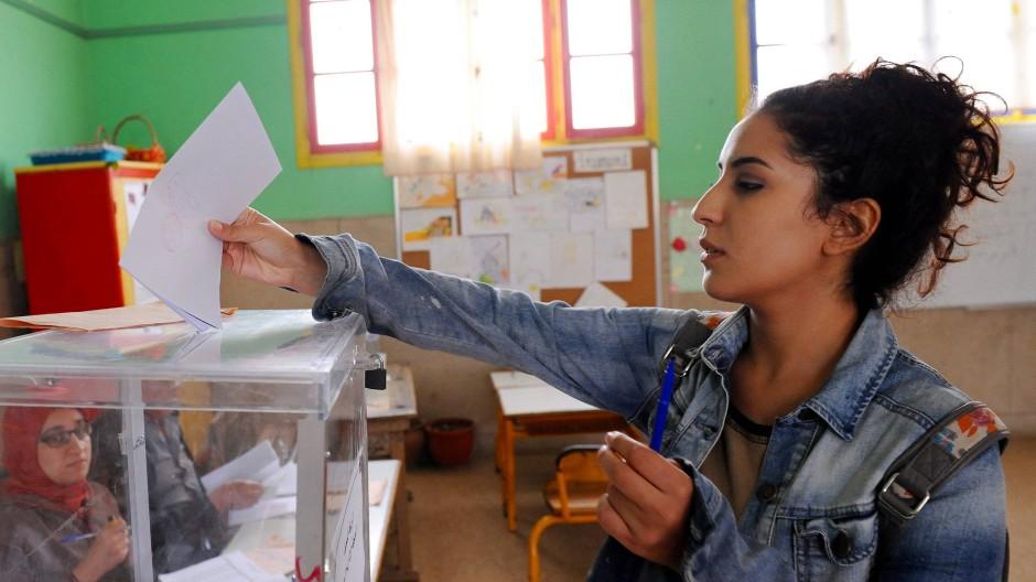 Eine junge Marokkanerin stimmt in der Hauptstadt Rabat ab.