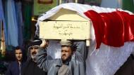 Trauernde Angehörige tragen den Sarg mit dem Leichnam eines der zehn versehentlich bei einem amerikanischen Luftangriff getöteten irakischen Soldaten.