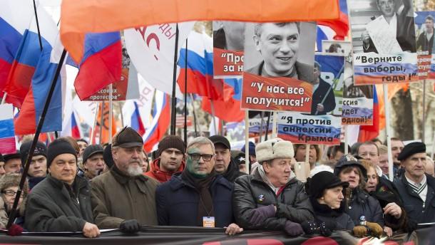 Tausende gedenken des ermordeten Putin-Kritikers Nemzow