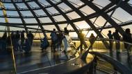 Besucher in der Kuppel des Reichstagsgebäudes in Berlin
