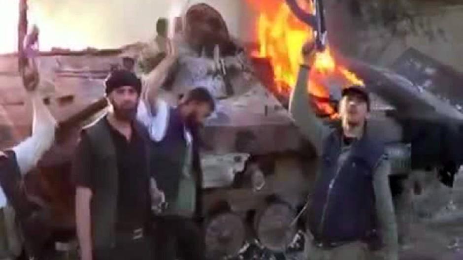 """""""Die Angriffe wieder aufgenommen"""": Video-Bild aus Damaskus vom 2. Juni; Aufständische haben einen Panzer der syrischen Armee in Brand gesetzt"""