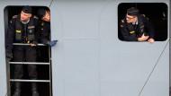 """Soldaten schauen Ende August 2018 während der Rückkehr der Fregatte """"Bayern"""" nach Wilhelmshaven hinaus."""