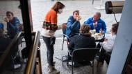 """Außengastronomie geöffnet: Gäste in der Saarbrücker Kneipe ?Glühwürmchen"""" Anfang April"""
