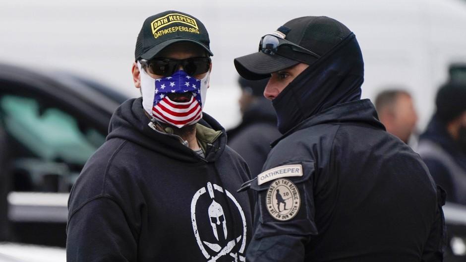 """Anhänger der """"Oath Keepers"""" bei einer Kundgebung für Donald Trump in Washington"""