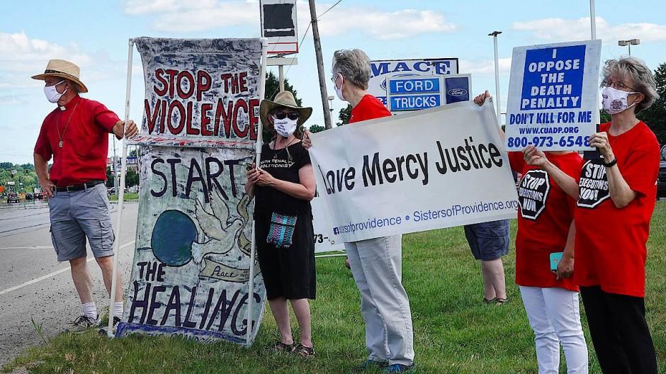 Demonstranten gegen die Todesstrafe am Montag in Terre Heute, Indiana